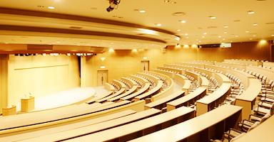 大人数の大会には最大346名主要の講堂